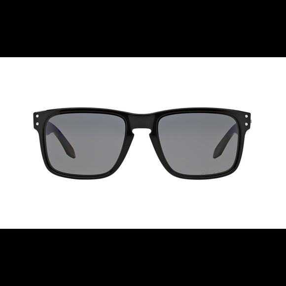 Oakley Holbrook Matt black with warm gray lenses